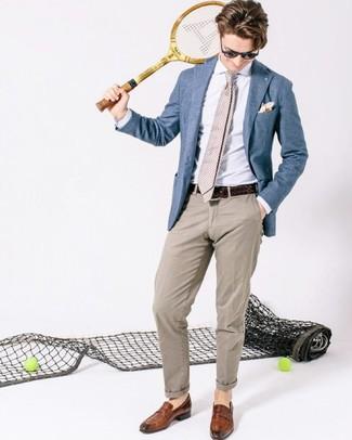 Wie kombinieren: blaues Sakko, weißes Businesshemd, hellbeige Chinohose, braune Leder Slipper