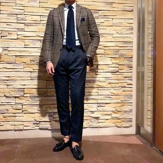 Wie kombinieren: braunes Sakko mit Karomuster, hellblaues Businesshemd, dunkelblaue Chinohose, schwarze Leder Slipper mit Quasten