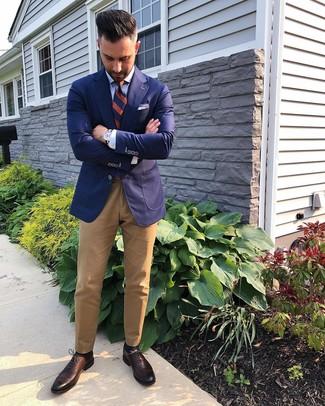 Dunkelbraune Leder Oxford Schuhe kombinieren: trends 2020: Tragen Sie ein dunkelblaues Sakko und eine beige Chinohose für Ihren Bürojob. Dunkelbraune Leder Oxford Schuhe bringen Eleganz zu einem ansonsten schlichten Look.