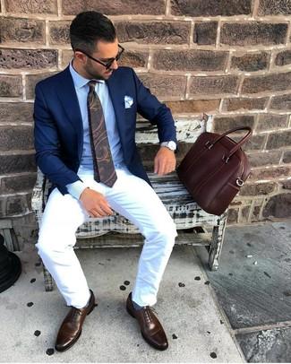 Wie kombinieren: dunkelblaues Sakko, hellblaues Businesshemd, weiße Chinohose, dunkelbraune Leder Oxford Schuhe