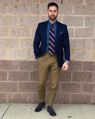 Wie kombinieren: dunkelblaues Sakko, blaues Chambray Businesshemd, olivgrüne Chinohose, dunkelblaue Leder Oxford Schuhe