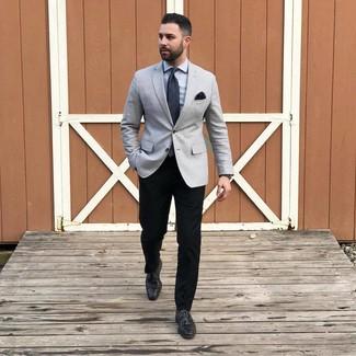 Wie kombinieren: graues Sakko, graues Businesshemd, schwarze Chinohose, schwarze Leder Derby Schuhe