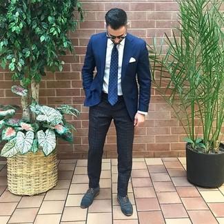 Wie kombinieren: dunkelblaues Sakko, weißes Businesshemd, dunkelgraue vertikal gestreifte Chinohose, dunkelblaue Leder Oxford Schuhe