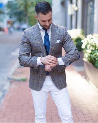 Wie kombinieren: graues Sakko mit Schottenmuster, weißes Businesshemd, weiße Chinohose, dunkeltürkise gepunktete Krawatte