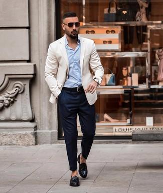 Wie kombinieren: weißes Sakko, hellblaues Businesshemd, dunkelblaue Chinohose, schwarze Leder Slipper mit Quasten