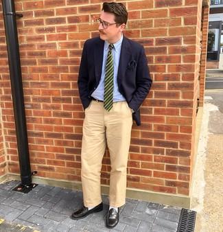 Dunkelgrüne horizontal gestreifte Krawatte kombinieren: trends 2020: Vereinigen Sie ein dunkelblaues Sakko mit einer dunkelgrünen horizontal gestreiften Krawatte für eine klassischen und verfeinerte Silhouette. Schwarze Leder Slipper sind eine ideale Wahl, um dieses Outfit zu vervollständigen.