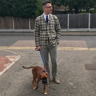Dunkelblaue und weiße Strick Krawatte kombinieren: trends 2020: Kombinieren Sie ein olivgrünes Sakko mit Schottenmuster mit einer dunkelblauen und weißen Strick Krawatte für einen stilvollen, eleganten Look. Suchen Sie nach leichtem Schuhwerk? Ergänzen Sie Ihr Outfit mit grauen Chukka-Stiefeln aus Wildleder für den Tag.