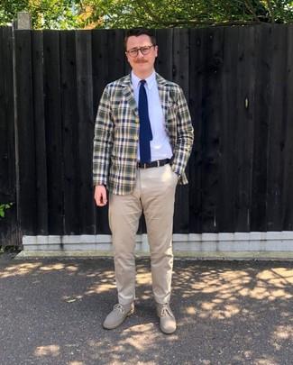 Dunkelblaue und weiße Strick Krawatte kombinieren: trends 2020: Vereinigen Sie ein dunkelblaues und grünes Sakko mit Schottenmuster mit einer dunkelblauen und weißen Strick Krawatte für einen stilvollen, eleganten Look. Suchen Sie nach leichtem Schuhwerk? Entscheiden Sie sich für hellbeige Chukka-Stiefel aus Wildleder für den Tag.