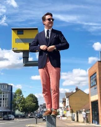 Wie kombinieren: dunkelblaues Sakko, weißes Businesshemd, rosa Chinohose, braune Leder Bootsschuhe