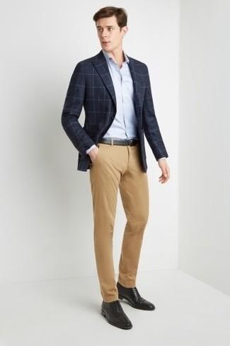Wie kombinieren: dunkelblaues Sakko mit Karomuster, hellblaues Businesshemd, beige Chinohose, schwarze Leder Oxford Schuhe
