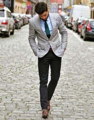 Dunkelgrüne Krawatte kombinieren: Tragen Sie ein graues Sakko mit Schottenmuster und eine dunkelgrüne Krawatte für eine klassischen und verfeinerte Silhouette. Braune Leder Slipper mit Quasten fügen sich nahtlos in einer Vielzahl von Outfits ein.