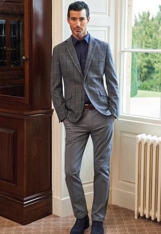 Herren Outfits & Modetrends: Paaren Sie ein graues Wollsakko mit Karomuster mit einer grauen Chinohose, wenn Sie einen gepflegten und stylischen Look wollen. Dunkelblaue Chukka-Stiefel aus Wildleder sind eine ideale Wahl, um dieses Outfit zu vervollständigen.