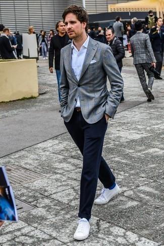 Hemd kombinieren: trends 2020: Vereinigen Sie ein Hemd mit einer dunkelblauen Chinohose, um einen modischen Freizeitlook zu kreieren. Fügen Sie weißen niedrige Sneakers für ein unmittelbares Style-Upgrade zu Ihrem Look hinzu.