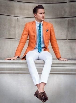Hellblaues Businesshemd kombinieren: trends 2020: Erwägen Sie das Tragen von einem hellblauen Businesshemd und einer weißen Chinohose für einen für die Arbeit geeigneten Look. Fügen Sie dunkelbraunen Wildleder Slipper mit Quasten für ein unmittelbares Style-Upgrade zu Ihrem Look hinzu.