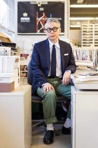 Dunkelgrüne Chinohose kombinieren: trends 2020: Erwägen Sie das Tragen von einem dunkelblauen Sakko und einer dunkelgrünen Chinohose für Ihren Bürojob. Schwarze Leder Derby Schuhe putzen umgehend selbst den bequemsten Look heraus.