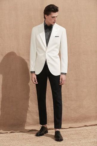 Mode für Herren ab 30 2020: Kombinieren Sie ein weißes Sakko mit einer schwarzen Chinohose für einen für die Arbeit geeigneten Look. Fühlen Sie sich mutig? Ergänzen Sie Ihr Outfit mit schwarzen Leder Oxford Schuhen.