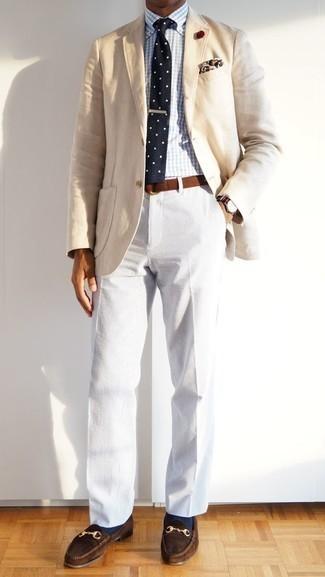 Weiße Cord Chinohose kombinieren – 9 Herren Outfits: Kombinieren Sie ein hellbeige Sakko mit einer weißen Cord Chinohose für einen für die Arbeit geeigneten Look. Komplettieren Sie Ihr Outfit mit dunkelbraunen Wildleder Slippern, um Ihr Modebewusstsein zu zeigen.
