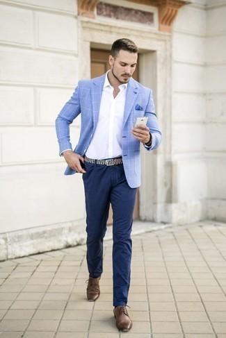 Braune Leder Derby Schuhe kombinieren: trends 2020: Kombinieren Sie ein hellblaues Sakko mit Karomuster mit einer dunkelblauen Chinohose für einen für die Arbeit geeigneten Look. Fühlen Sie sich ideenreich? Wählen Sie braunen Leder Derby Schuhe.