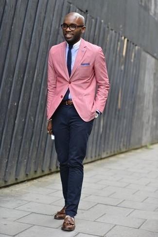Rosa Sakko kombinieren: trends 2020: Erwägen Sie das Tragen von einem rosa Sakko und einer dunkelblauen Chinohose für Drinks nach der Arbeit. Setzen Sie bei den Schuhen auf die klassische Variante mit braunen Leder Slippern mit Quasten.