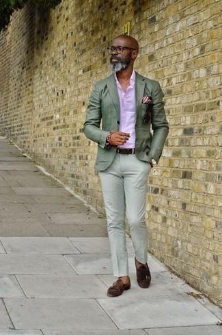 Rosa Businesshemd kombinieren: trends 2020: Kombinieren Sie ein rosa Businesshemd mit einer mintgrünen Chinohose für Ihren Bürojob. Fühlen Sie sich mutig? Vervollständigen Sie Ihr Outfit mit dunkelbraunen Doppelmonks aus Wildleder.