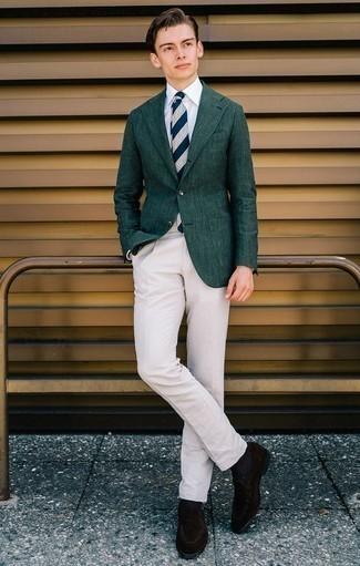 Dunkelblaue und weiße horizontal gestreifte Krawatte kombinieren: trends 2020: Entscheiden Sie sich für ein dunkelgrünes Sakko und eine dunkelblaue und weiße horizontal gestreifte Krawatte für eine klassischen und verfeinerte Silhouette. Dunkelbraune Wildleder Slipper sind eine perfekte Wahl, um dieses Outfit zu vervollständigen.