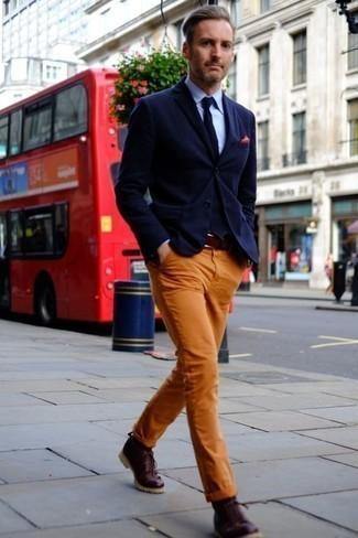 Schuhe kombinieren: trends 2020: Perfektionieren Sie den modischen Freizeitlook mit einem dunkelblauen Sakko und einer orange Chinohose. Eine dunkelrote Lederfreizeitstiefel sind eine kluge Wahl, um dieses Outfit zu vervollständigen.