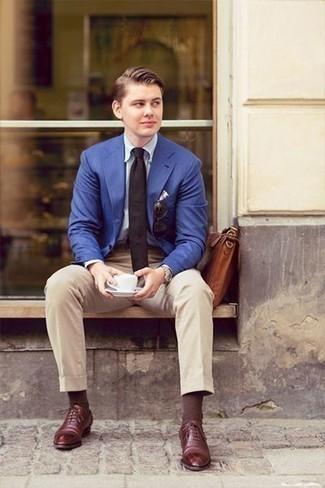 Schwarze Krawatte kombinieren: trends 2020: Tragen Sie ein blaues Sakko und eine schwarze Krawatte für eine klassischen und verfeinerte Silhouette. Dunkelrote Leder Oxford Schuhe fügen sich nahtlos in einer Vielzahl von Outfits ein.