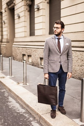 Braunes Wollsakko mit Karomuster kombinieren – 40 Herren Outfits: Kombinieren Sie ein braunes Wollsakko mit Karomuster mit einer dunkelblauen Chinohose, wenn Sie einen gepflegten und stylischen Look wollen. Fühlen Sie sich mutig? Komplettieren Sie Ihr Outfit mit dunkelbraunen Doppelmonks aus Wildleder.