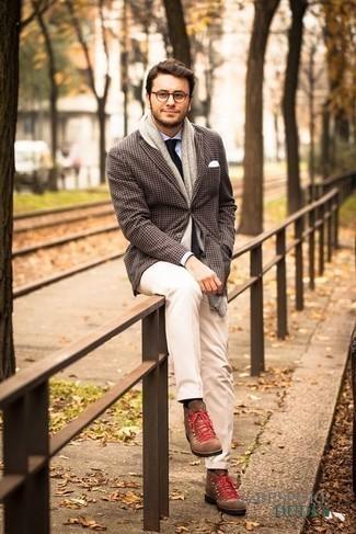 Schwarze Krawatte kombinieren: trends 2020: Paaren Sie ein dunkelbraunes Sakko mit Hahnentritt-Muster mit einer schwarzen Krawatte für eine klassischen und verfeinerte Silhouette. Suchen Sie nach leichtem Schuhwerk? Ergänzen Sie Ihr Outfit mit braunen Wildlederarbeitsstiefeln für den Tag.