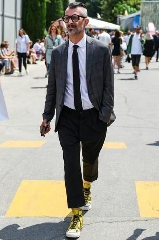 Schwarze Krawatte kombinieren: trends 2020: Geben Sie den bestmöglichen Look ab in einem dunkelgrauen Sakko mit Schottenmuster und einer schwarzen Krawatte. Suchen Sie nach leichtem Schuhwerk? Komplettieren Sie Ihr Outfit mit gelben hohen Sneakers aus Segeltuch für den Tag.