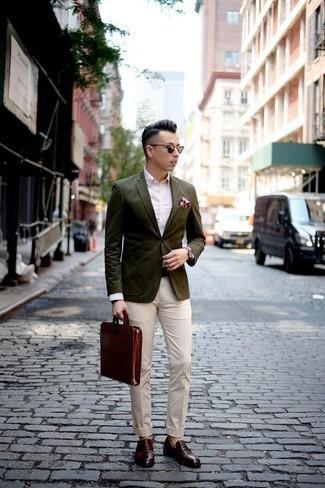 Olivgrünes Sakko kombinieren: trends 2020: Erwägen Sie das Tragen von einem olivgrünen Sakko und einer hellbeige Chinohose für Drinks nach der Arbeit. Wählen Sie dunkelroten Leder Slipper mit Quasten, um Ihr Modebewusstsein zu zeigen.