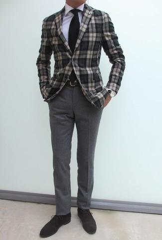 Schwarze Strick Krawatte kombinieren: trends 2020: Kombinieren Sie ein graues Sakko mit Schottenmuster mit einer schwarzen Strick Krawatte, um vor Klasse und Perfektion zu strotzen. Fühlen Sie sich mutig? Komplettieren Sie Ihr Outfit mit dunkelbraunen Chukka-Stiefeln aus Wildleder.