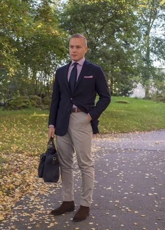 Dunkelblaue Segeltuch Aktentasche kombinieren: trends 2020: Halten Sie Ihr Outfit locker mit einem dunkelblauen Sakko und einer dunkelblauen Segeltuch Aktentasche. Fühlen Sie sich mutig? Ergänzen Sie Ihr Outfit mit dunkelbraunen Chelsea Boots aus Wildleder.