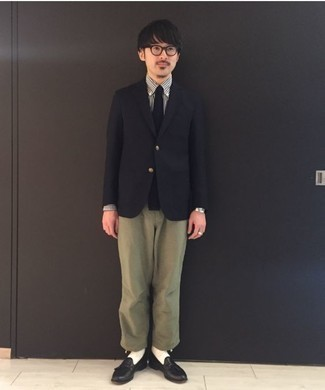 Schwarzes Sakko kombinieren: trends 2020: Die Kombination aus einem schwarzen Sakko und einer olivgrünen Chinohose eignet sich hervorragend zum Ausgehen oder für modisch-lässige Anlässe. Fügen Sie schwarze Leder Slipper mit Quasten für ein unmittelbares Style-Upgrade zu Ihrem Look hinzu.