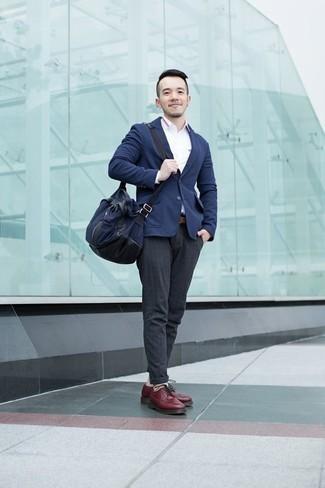 Herren Outfits & Modetrends 2020: Smart-Casual-Outfits: Etwas Einfaches wie die Paarung aus einem dunkelblauen Sakko und einer dunkelgrauen Chinohose kann Sie von der Menge abheben. Machen Sie Ihr Outfit mit dunkelroten Leder Derby Schuhen eleganter.