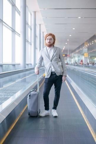 Herren Outfits & Modetrends 2020: Smart-Casual-Outfits: Kombinieren Sie ein graues Sakko mit einer dunkelblauen Chinohose, um einen eleganten, aber nicht zu festlichen Look zu kreieren. Fühlen Sie sich ideenreich? Vervollständigen Sie Ihr Outfit mit weißen Sportschuhen.