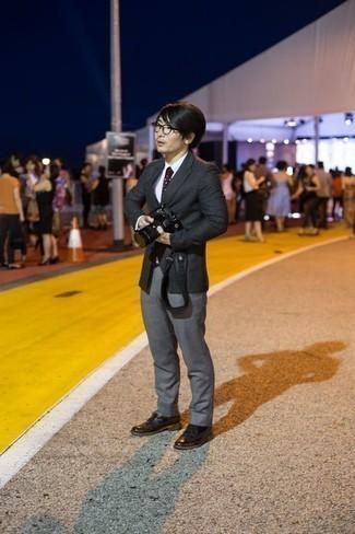 Dunkelrote gepunktete Krawatte kombinieren: trends 2020: Kombinieren Sie ein dunkelgraues Sakko mit einer dunkelroten gepunkteten Krawatte für einen stilvollen, eleganten Look. Dunkelbraune Leder Derby Schuhe sind eine perfekte Wahl, um dieses Outfit zu vervollständigen.