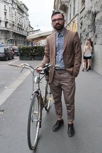 Schwarze Leder Oxford Schuhe kombinieren: trends 2020: Vereinigen Sie ein beige Sakko mit einer beige Chinohose für Drinks nach der Arbeit. Machen Sie Ihr Outfit mit schwarzen Leder Oxford Schuhen eleganter.