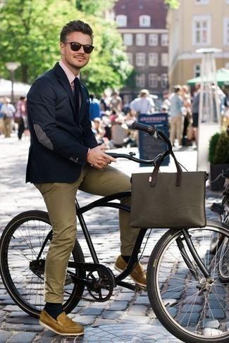 Beige Leder Slipper kombinieren – 48 Herren Outfits: Die modische Kombination aus einem dunkelblauen Sakko und einer beige Chinohose ist perfekt für einen Tag im Büro. Beige Leder Slipper sind eine einfache Möglichkeit, Ihren Look aufzuwerten.