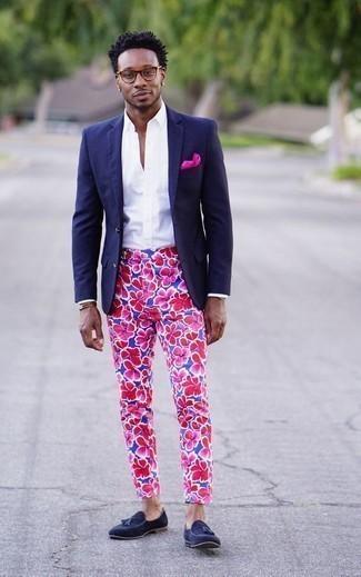 Braunes Lederarmband kombinieren: trends 2020: Ein dunkelblaues Sakko und ein braunes Lederarmband sind eine gute Outfit-Formel für Ihre Sammlung. Setzen Sie bei den Schuhen auf die klassische Variante mit dunkelblauen Wildleder Slippern mit Quasten.