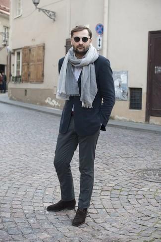 Grauen Schal kombinieren: trends 2020: Für ein bequemes Couch-Outfit, erwägen Sie das Tragen von einem dunkelblauen Sakko und einem grauen Schal. Fühlen Sie sich ideenreich? Komplettieren Sie Ihr Outfit mit dunkelbraunen Chukka-Stiefeln aus Wildleder.