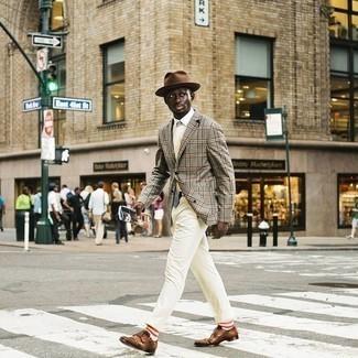 Weiße bedruckte Krawatte kombinieren – 11 Herren Outfits: Tragen Sie ein graues Sakko mit Schottenmuster und eine weiße bedruckte Krawatte für einen stilvollen, eleganten Look. Braune Doppelmonks aus Leder sind eine perfekte Wahl, um dieses Outfit zu vervollständigen.