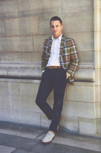 Mehrfarbiges Sakko mit Schottenmuster kombinieren – 11 Herren Outfits: Kombinieren Sie ein mehrfarbiges Sakko mit Schottenmuster mit einer dunkelblauen Chinohose, um einen modischen Freizeitlook zu kreieren. Fügen Sie weißen Wildleder Derby Schuhe für ein unmittelbares Style-Upgrade zu Ihrem Look hinzu.