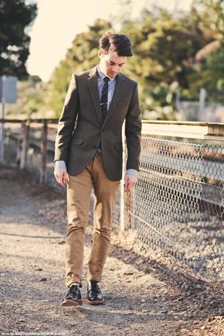 Business Schuhe kombinieren – 500+ Herren Outfits: Die modische Kombination aus einem braunen Wollsakko und einer beige Chinohose ist perfekt für einen Tag im Büro. Fühlen Sie sich mutig? Vervollständigen Sie Ihr Outfit mit Business Schuhen.