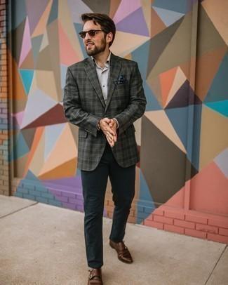 Braune Doppelmonks aus Leder kombinieren – 429 Herren Outfits: Die Paarung aus einem dunkelgrauen Sakko mit Schottenmuster und einer dunkelblauen Chinohose ist eine ideale Wahl für einen Tag im Büro. Fühlen Sie sich mutig? Komplettieren Sie Ihr Outfit mit braunen Doppelmonks aus Leder.