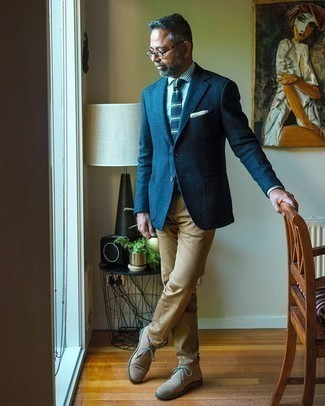 Weißes und blaues vertikal gestreiftes Businesshemd kombinieren – 500+ Herren Outfits: Kombinieren Sie ein weißes und blaues vertikal gestreiftes Businesshemd mit einer beige Chinohose, wenn Sie einen gepflegten und stylischen Look wollen. Hellbeige Chukka-Stiefel aus Wildleder sind eine perfekte Wahl, um dieses Outfit zu vervollständigen.