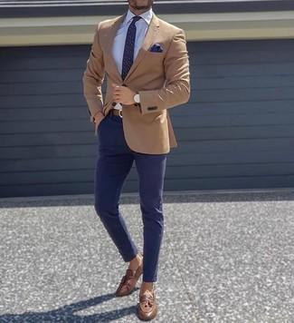 Einstecktuch kombinieren – 500+ Herren Outfits: Ein beige Sakko und ein Einstecktuch sind das Outfit Ihrer Wahl für faule Tage. Fühlen Sie sich mutig? Ergänzen Sie Ihr Outfit mit braunen Leder Slippern mit Quasten.