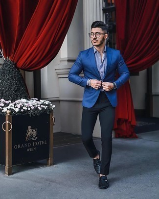 Weißes und dunkelblaues vertikal gestreiftes Businesshemd kombinieren – 500+ Herren Outfits: Kombinieren Sie ein weißes und dunkelblaues vertikal gestreiftes Businesshemd mit einer schwarzen Chinohose, um einen eleganten, aber nicht zu festlichen Look zu kreieren. Vervollständigen Sie Ihr Outfit mit schwarzen Leder Slippern mit Quasten, um Ihr Modebewusstsein zu zeigen.
