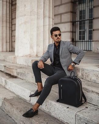 Smart-Casual Outfits Herren 2020: Tragen Sie ein graues Sakko mit Karomuster und eine dunkelgraue Chinohose für Drinks nach der Arbeit.