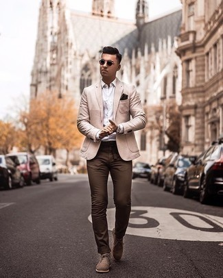 Braunen Wildledergürtel kombinieren – 74 Herren Outfits: Für ein bequemes Couch-Outfit, kombinieren Sie ein hellbeige Sakko mit einem braunen Wildledergürtel. Komplettieren Sie Ihr Outfit mit beige Chukka-Stiefeln aus Wildleder, um Ihr Modebewusstsein zu zeigen.